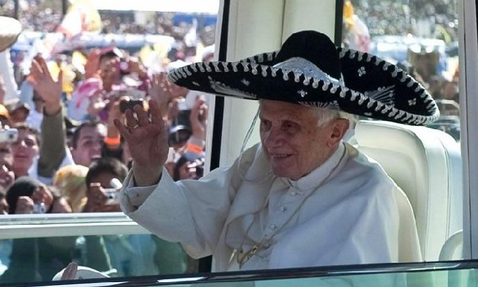 El papa Benedicto XVI se dejó seducir por la afabilidad del pueblo mexicano  y accedió a colocarse un enorme sombrero de charro mexicano este ... a1a4e0a8f3e